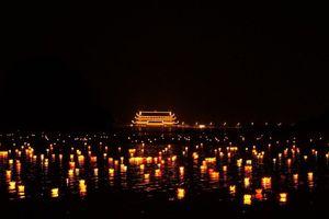 Hoa đăng rực sáng trên mặt hồ rộng 1.000 ha tại chùa Tam Chúc
