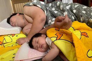 Dáng ngủ 'sao y bản chính' của cha và con gái khiến dân mạng thích thú
