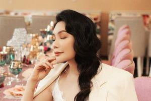 Hồ Quỳnh Hương khoe phong cách thời trang sang trọng, thanh lịch ở tuổi 38