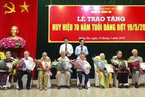 Các quận, huyện ủy trao Huy hiệu Đảng đợt 19-5
