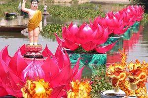 7 đóa sen khổng lồ cùng hình ảnh Đức Phật đản sinh trên sông Hoài