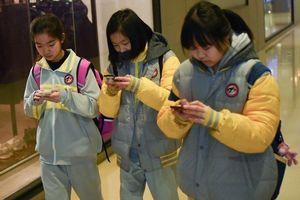 Trường bị điều tra vì hiệu phó rao bán điện thoại Huawei cho học sinh