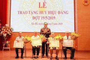 Bí thư Thành ủy trao Huy hiệu Đảng cho đảng viên lão thành quận Tây Hồ