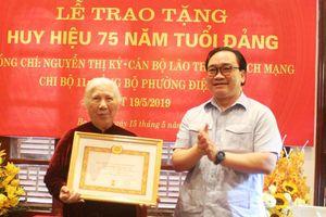 Bí thư Thành ủy trao Huy hiệu Đảng cho phu nhân Đại tướng Văn Tiến Dũng