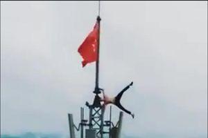 Xem thanh niên liều mạng 'làm xiếc' trên cột cờ đỉnh núi Bài Thơ