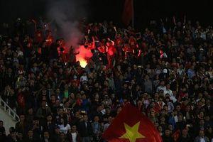 VFF 'ôm tiền' đi nộp phạt vì CĐV đốt pháo sáng ở VL U23 châu Á
