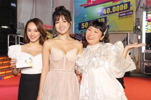 Kaity Nguyễn xinh đẹp rạng rỡ đến mừng bạn thân ra mắt phim