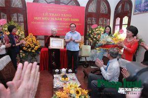 Hà Nội: Trao huy hiệu 75 năm tuổi Đảng cho các Đảng viên lão thành Cách mạng