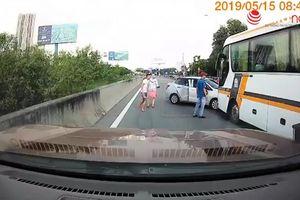Ô tô 4 chỗ liều lĩnh tạt đầu xe khách, người ngồi trên xe còn giở thói côn đồ