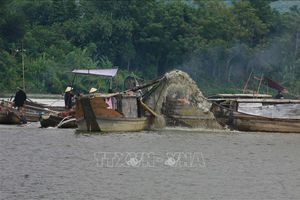 'Nóng' nạn khai thác cát trái phép trên sông Bồ, sông Hương