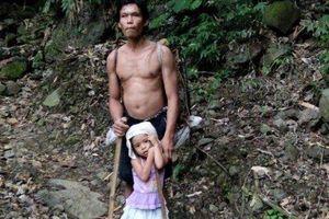 Soup sáng: Bé gái 5 tuổi dắt cha mù đi làm mỗi ngày