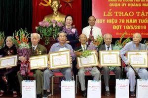 Phó Bí thư Thường trực Thành ủy trao Huy hiệu 70 năm tuổi Đảng tại quận Hoàng Mai