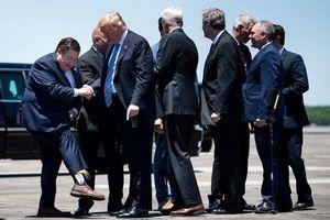 Phó thống đốc Mỹ khoe tất in hình Trump khi đón Tổng thống