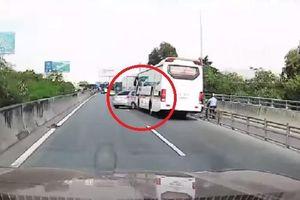 Clip: Ô tô con ép đầu xe khách kiểu 'tự sát', tài xế còn hùng hổ xuống mắng người