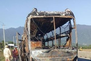 Xe khách cháy dữ dội trên Quốc lộ 1