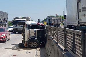 Xe 'hổ vồ' hất văng xe 7 chỗ trên QL1A, phá cửa cứu 3 người mắc kẹt