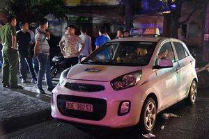Nữ tài xế taxi bị đâm trọng thương, loại trừ động cơ cướp tài sản