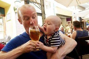 Báo động nhiều trẻ nhỏ đã biết uống rượu bia