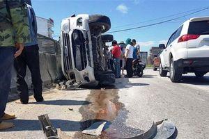 'Xế hộp' lật nghiêng trên QL1A, phá cửa xe cứu sống 3 người
