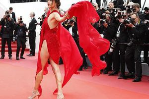 Siêu mẫu 'đốt mắt' với đầm xẻ cao trên thảm đỏ