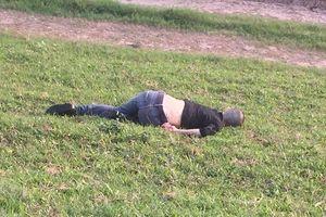 Thanh niên có hình xăm chết như ngủ trên bờ đê Hà Nội
