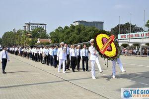 Đoàn Bộ Ngoại giao vào Lăng viếng Chủ tịch Hồ Chí Minh dịp sinh nhật Người