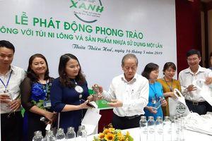 Chủ tịch tỉnh Thừa Thiên - Huế tặng chai thủy tinh, túi vải cho cán bộ, viên chức