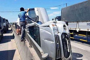 Xe 'hổ vồ' hất văng xe 7 chỗ trên QL1A, 3 người thoát chết trong gang tấc