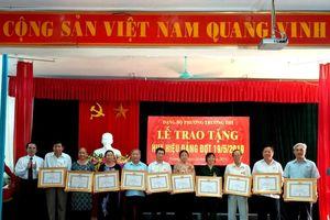 Đảng bộ các phường Trường Thi (TP. Vinh), Long Sơn (TX. Thái Hòa) trao Huy hiệu Đảng đợt 19/5