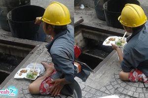 Bữa trưa ăn vội chan lẫn mồ hôi của anh sửa ống nước, vì miếng cơm mà khổ sở thế đấy