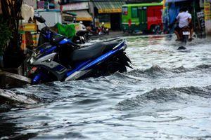 Đường Sài Gòn biến thành sông sau 30 phút mưa lớn, người té nhào, người hì hục đẩy xe chết máy