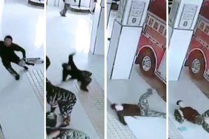 Clip: Cuống cuồng nhận nhiệm vụ, lính cứu hỏa thi nhau ngã 'trượt vỏ chuối'