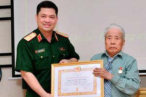 Quận Ba Đình, huyện Quốc Oai trao tặng Huy hiệu Đảng đợt 19-5