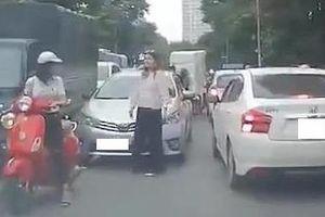 Nữ du khách ngoại quốc chặn ôtô đi lấn làn, giúp các xe dễ di chuyển