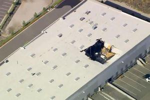 Tiêm kích F-16 chở đầy vũ khí của không quân Mỹ rơi thủng nhà kho