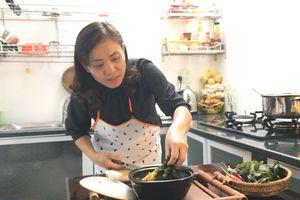 Ngày mưa, cùng Hot mom Trang Huyền nấu món ốc chuối đậu