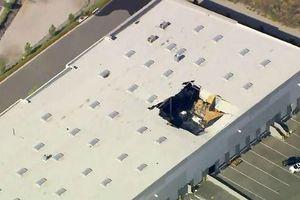 Máy bay chiến đấu mang vũ khí của Mỹ lao xuống tòa nhà thương mại