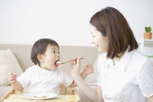 Bị nhà trường 'trả về' vì con 3 tuổi không biết ăn cơm