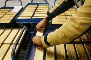 Giá vàng giảm thêm, USD ngân hàng 'nhảy' hơn 100 đồng
