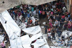 Di dân sống chen chúc tạm bợ ở lán trại biên giới Mỹ