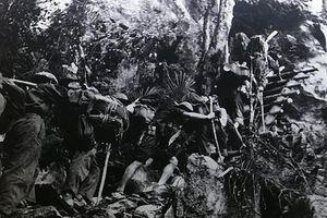 Hình ảnh tuyên thệ, vượt núi băng rừng trên đường Trường Sơn huyền thoại
