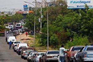 Người dân Venezuela 'sôi sục' vì khủng hoảng nhiên liệu