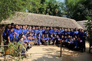 Tuổi trẻ Việt Nam - Lào thành kính dâng hương tại khu di tích Kim Liên