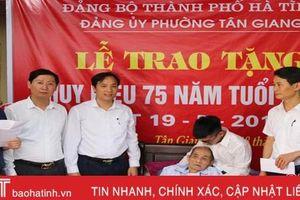 Thành phố Hà Tĩnh trao Huy hiệu 75 năm tuổi Đảng cho cán bộ lão thành