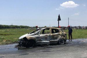 Hà Tĩnh: Xe Ford Ecosport bất ngờ cháy trơ khung nghi do bị quấn rơm dưới gầm