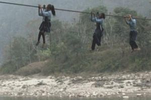 Đu dây điện khi tắm ao, 2 học sinh bị điện giật tử vong