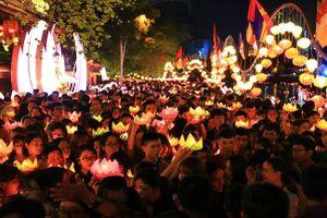 Đông đảo người dân tham gia thả hoa đăng trong lễ Phật Đản