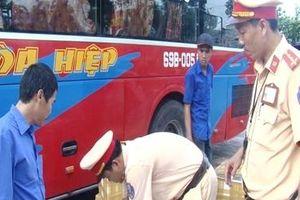 Xe khách vận chuyển 300 kg tôm bơm tạp chất