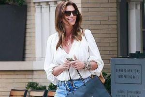 Cindy Crawford tươi cười, sành điệu ra phố đi mua sắm cùng chồng con