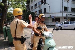 Vừa uống vài cốc bia đã đòi lái xe, cụ ông 79 tuổi được CSGT Hà Nội chở về nhà